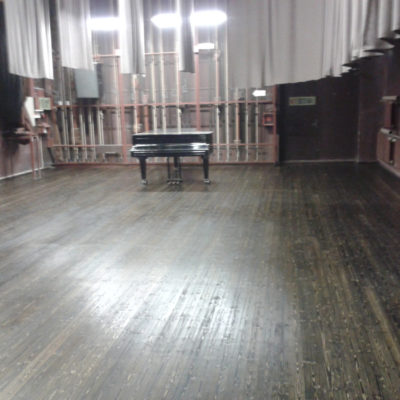Haljala rahvamaja suure saali lava laudpõrand peale lihvimist ja toonitud õliga katmist 110 m2