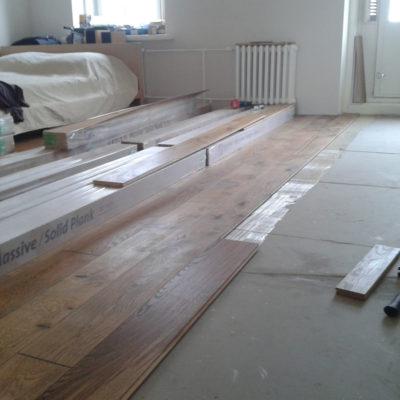 Tamme massiivlaua paigaldus 77m2 liimiga põrandale ja õlitamine